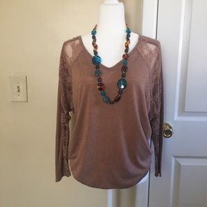 Tops - Love-tree top w/ lace sleeves and lace back
